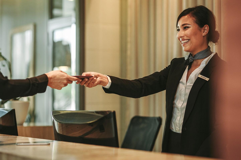福山市の外国人留学生派遣のホテルの受付やコンシェルジュ